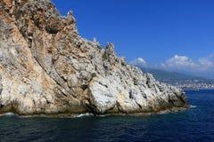 Skalisty denny wybrzeże z falą zdjęcia royalty free
