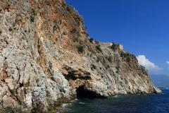 Skalisty denny wybrzeże z falą zdjęcia stock