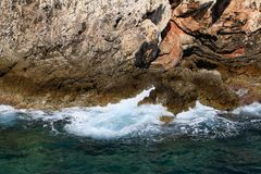 Skalisty denny wybrzeże z falą zdjęcie royalty free