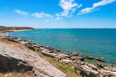Skalisty denny wybrzeże z jasną wodą obraz stock