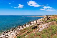 Skalisty denny wybrzeże z jasną wodą obraz royalty free