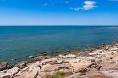 Skalisty denny wybrzeże z jasną wodą zdjęcia stock