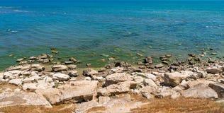 Skalisty denny wybrzeże z jasną wodą zdjęcie stock