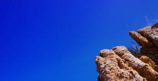 Skalisty faleza krajobraz z zmierzchem nad oceanem Obrazy Stock