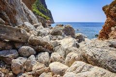 Skalisty i kamienisty brzeg tropikalny morze widok morze przez kamieni linia brzegowa Góry i morze seascape Obrazy Stock
