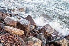 Skalisty jeziorny brzeg Obrazy Stock