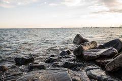 Skalisty jeziorny brzeg Zdjęcie Royalty Free