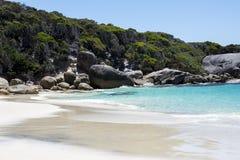 Skalisty krajobraz na plaży w Dwa troszkę Zaludnia Podpalaną rezerwę blisko Albany fotografia stock
