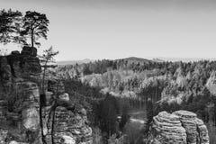 Skalisty krajobraz w Czeskim raju, czarny i biały zdjęcie royalty free