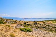Skalisty krajobraz z morzem śródziemnomorskim na wyspie Krk, Zdjęcia Royalty Free