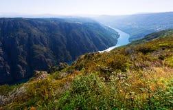 Skalisty krajobraz z rzeką w pogodnym letnim dniu Obraz Stock