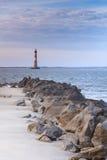 Skalisty Krajobrazowy głupoty plaży Morris wyspy latarni morskiej SC zdjęcia stock