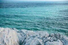 Skalisty lub kamienny wybrzeże blisko morza zdjęcia royalty free