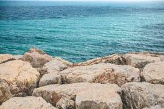 Skalisty lub kamienny wybrze?e blisko morza obrazy stock