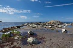 Skalisty piaskowatej plaży krajobraz obrazy stock