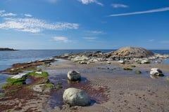 Skalisty piaskowatej plaży krajobraz zdjęcie stock