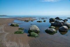 Skalisty piaskowatej plaży krajobraz z skałami zdjęcie royalty free