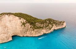 Skalisty przylądek i turystyczna łódź obrazy royalty free