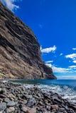 Skalisty przylÄ…dek sterczy w morze, ocean wybrzeże, otoczaki, seascape, dobra pogoda zdjęcia stock