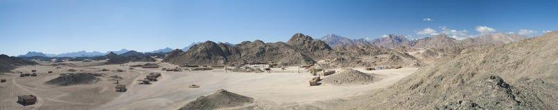 Skalisty pustynia krajobraz z górami Obrazy Royalty Free