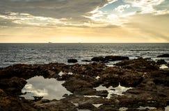 Skalisty Seascape Przed zmierzchem zdjęcie stock