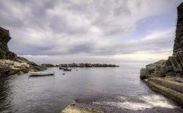 Skalisty seascape z łodziami. Fotografia Royalty Free