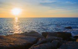 Skalisty seashore i zmierzch zdjęcia stock