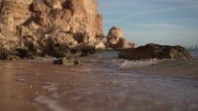 Skalisty seashore w zwolnionym tempie zbiory