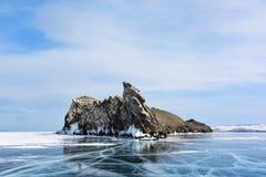 Skalisty szczyt po środku zamarzniętego jeziora Obraz Royalty Free