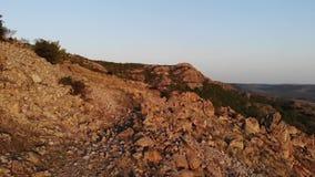 Skalisty teren w starych g?rach Rumunia - Macin g?ry - zdjęcie wideo