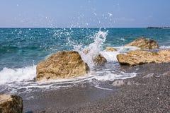 Skalisty włoszczyzny wybrzeże w Campora San Giovanni Obrazy Stock