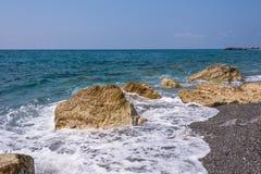 Skalisty włoszczyzny wybrzeże w Campora San Giovanni Zdjęcie Royalty Free