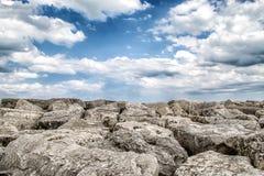 Skalisty wierzchołek góra w chmurnym niebie obraz royalty free