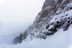 Skalisty wybrzeże zimy rzeka podczas śnieżycy obraz stock