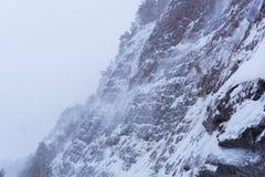 Skalisty wybrzeże zimy rzeka podczas śnieżycy zdjęcia royalty free