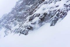 Skalisty wybrzeże zimy rzeka podczas śnieżycy zdjęcie royalty free