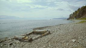 Skalisty wybrzeże Baikal jezioro Czysty wody i statku dopłynięcie w jeziorze zbiory