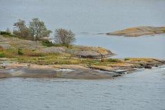 Skalisty wybrzeże bezludna wyspa w morzu bałtyckim Aland wyspy Jesień Zdjęcia Royalty Free