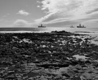 Skalisty wybrzeże i wieże wiertnicze zdjęcie stock