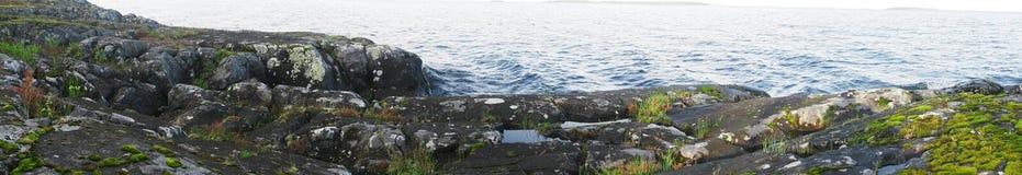 Skalisty wybrze?e jeziorny Onega fotografia stock