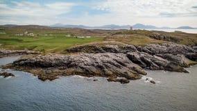 Skalisty wybrzeże Malina głowa w Irlandia - widok z lotu ptaka od trutnia obrazy royalty free