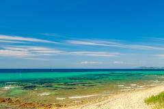 Skalisty wybrzeże przegapia turkusowego błękit zielonego morze i Zdjęcia Stock