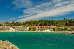 Skalisty wybrzeże przegapia turkusowego błękit zielonego morze i Zdjęcie Stock