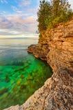 Skalisty wybrzeże przy jama punktem obraz stock