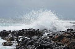Skalisty wybrzeże przy Poipu, Kauai, Hawaje obrazy royalty free