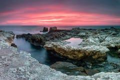 Skalisty wybrzeże przy wschodem słońca Zdjęcia Stock