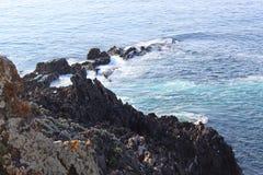 Skalisty wybrzeże wchodzić do morze zdjęcia stock