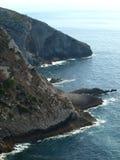 Skalisty wybrzeże z morzem zdjęcie stock