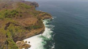 Skalisty wybrzeże z ocean kipielą zbiory