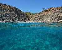 Skalisty wybrzeże z plażą podwodny Francja i piaskiem Zdjęcie Royalty Free